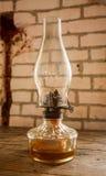 Vecchia lampada della lanterna con un backgound della parete della casa con mattoni a vista Immagini Stock Libere da Diritti