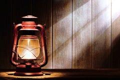 Vecchia lampada della lanterna di cherosene nel granaio rustico del paese