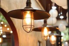 Vecchia lampada di illuminazione con retro fondo Fotografia Stock