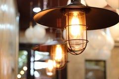 Vecchia lampada di illuminazione con retro fondo Immagine Stock