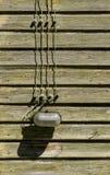 Vecchia lampada di vetro con i cavi sulla parete di legno Fotografie Stock