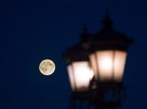 Vecchia lampada di via contro la notte della luna piena Immagini Stock