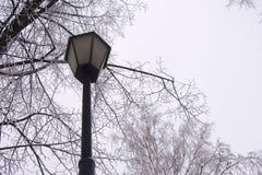 Vecchia lampada di via Inverno fotografie stock libere da diritti