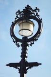 Vecchia lampada di via su cielo blu Fotografia Stock