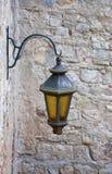 Vecchia lampada di via su una parete Fotografia Stock Libera da Diritti