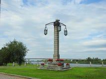 Vecchia lampada vicino al fiume, Lituania Fotografia Stock Libera da Diritti