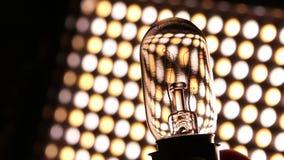 Vecchia lampadina del tungsteno con il filamento stock footage