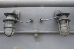Vecchia lampadina sul muro di cemento Immagine Stock