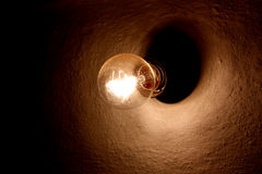 Vecchia lampadina sulla parete Fotografia Stock Libera da Diritti