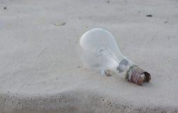 Vecchia lampadina sulla sabbia Fotografia Stock Libera da Diritti