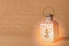 Vecchia lanterna con gli angeli, ornamenti di Natale delle stelle su fondo luminoso Immagini Stock Libere da Diritti