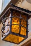 Vecchia lanterna d'annata su una via della città Immagine Stock