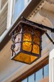 Vecchia lanterna d'annata su una via della città Immagini Stock
