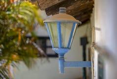 Vecchia lanterna elettrica polverosa ed arrugginita fotografia stock
