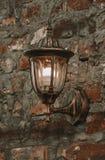 Vecchia lanterna su una parete di pietra fotografia stock libera da diritti