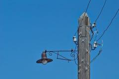 Vecchia lanterna su una posta di legno Fotografia Stock