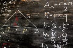 Vecchia lavagna con i calcoli matematici ed i disegni immagini stock libere da diritti
