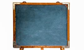 Vecchia lavagna vuota di legno d'annata grungy blu o retro lavagna con la struttura stagionata e supporto isolato su fondo bianco fotografie stock