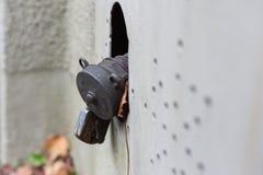 vecchia linea di servizio dell'olio con la serratura in costruzione storica del g del sud immagine stock