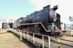 Vecchia locomotiva ad una piattaforma girevole ferroviaria Fotografie Stock
