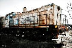 Vecchia locomotiva arrugginita del treno negli alberi Fotografia Stock