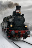 Vecchia locomotiva di vapore nella neve immagini stock