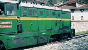 Vecchia locomotiva diesel che sta ad una stazione video d archivio