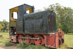 Vecchia locomotiva disposta nel parco immagini stock libere da diritti