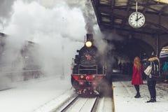 Vecchia locomotiva fermata alla stazione Retro treno sulla stazione ferroviaria di Vitebsky a St Petersburg, Russia, il 25 febbra Fotografie Stock