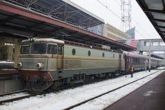 Vecchia locomotiva nella stazione ferroviaria Fotografia Stock