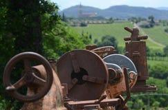 Vecchia macchina abbandonata del lavoro nel paese fotografia stock libera da diritti