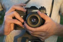 Vecchia macchina da presa in mani maschii Foto al tramonto fotografia stock