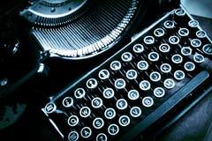 Vecchia macchina da scrivere antica con le lettere oblique Fotografie Stock Libere da Diritti