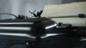 Vecchia macchina da scrivere che scrive - macchina da scrivere d'annata per gli scrittori ed i redattori stock footage