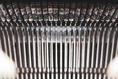 Vecchia macchina da scrivere e chiavi fotografie stock