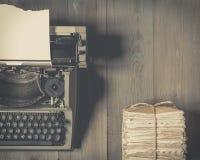 Vecchia macchina da scrivere e una pila di vecchie lettere Fotografia Stock Libera da Diritti