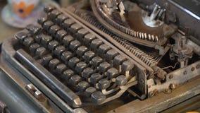 Vecchia macchina da scrivere nel deposito fotografie stock
