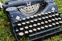 Vecchia macchina da scrivere nera tedesca d'annata fotografia stock libera da diritti