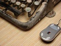 Vecchia macchina da scrivere scura con il mouse moderno Immagini Stock Libere da Diritti