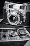 Vecchia macchina fotografica con la foto fotografie stock libere da diritti