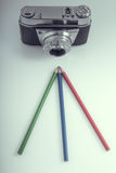 Vecchia macchina fotografica con le matite di RGB Fotografia Stock Libera da Diritti