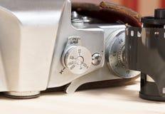 Vecchia macchina fotografica d'annata del primo piano con il film Fotografie Stock