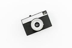 Vecchia macchina fotografica della pellicola su priorità bassa bianca Disposizione piana, vista superiore Fotografia Stock Libera da Diritti