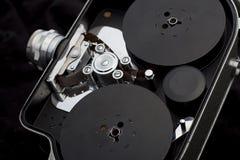 Vecchia macchina fotografica di cinematografia sulla camma d'annata nero- Immagine Stock