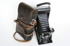 Vecchia macchina fotografica di piegatura con l'inclinzione di cuoio di caso Immagini Stock
