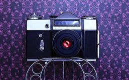 Vecchia macchina fotografica di SLR su una priorità bassa viola Immagine Stock Libera da Diritti
