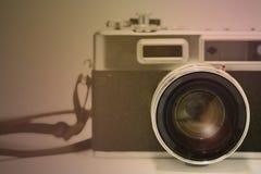 Vecchia macchina fotografica e area vuota per testo, macchina da presa classica dell'isolato del fotografo su fondo bianco Immagini Stock Libere da Diritti