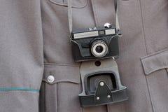 Vecchia macchina fotografica e un rivestimento militare Fotografie Stock