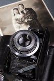 Vecchia macchina fotografica e vecchia foto Fotografia Stock Libera da Diritti