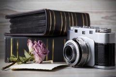 Vecchia macchina fotografica e vecchio album delle immagini Immagine Stock